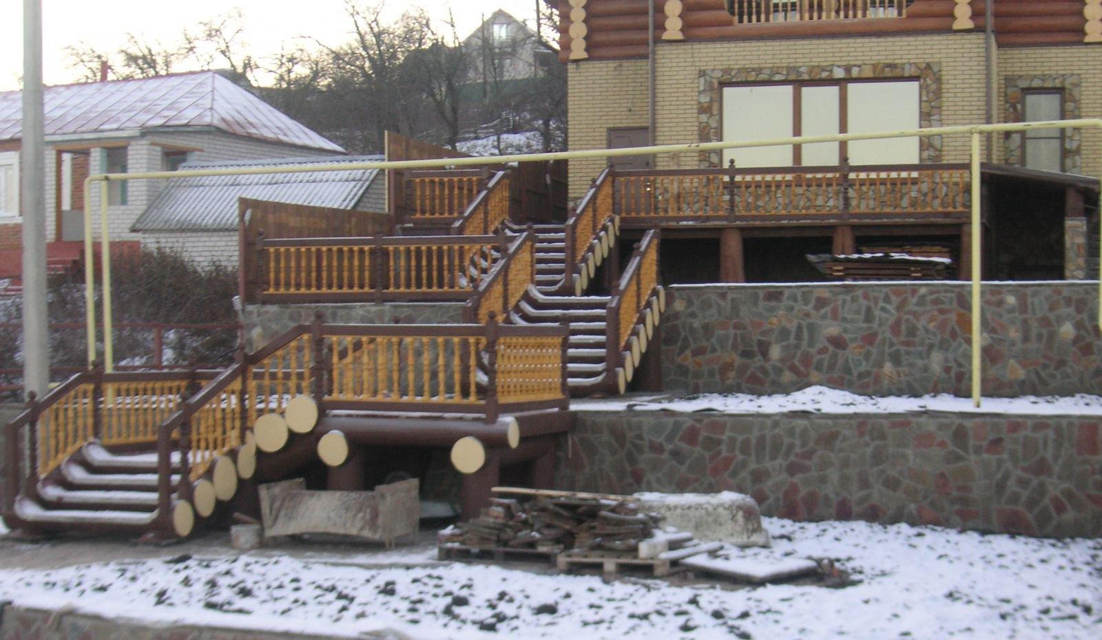 Лестницы из бревна и терраса