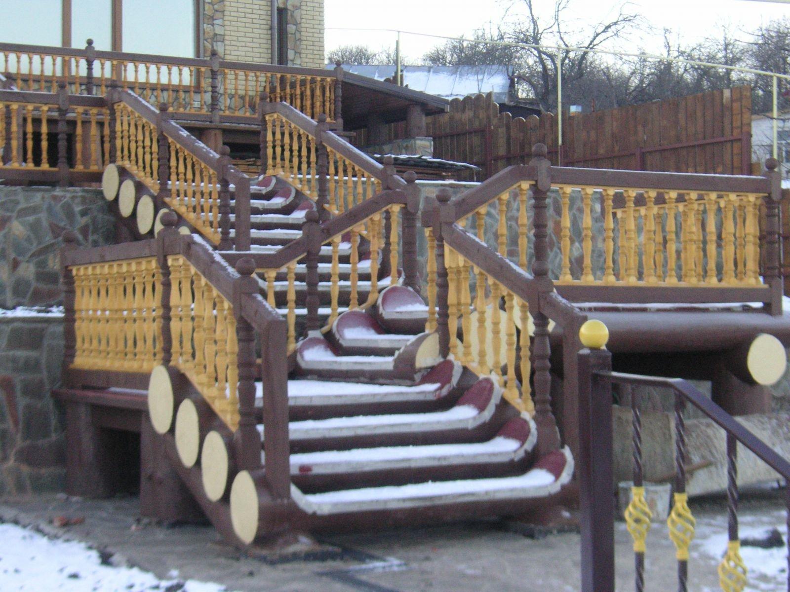 Нижняя лестница из бревна
