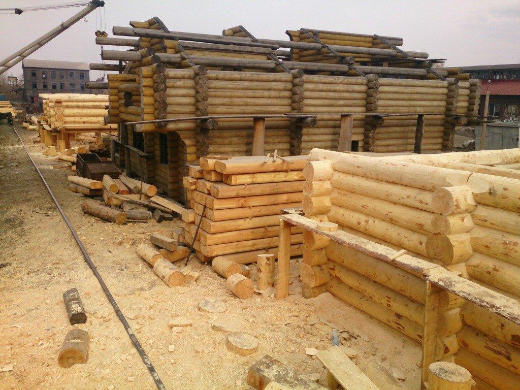 Сруб ручной рубки и деревянный дом из оцилиндрованного бревна кедра
