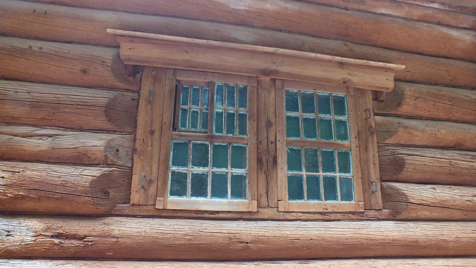 Окосячка оконного проема в домике Петра