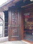 Дверь из массива с ручной резьбой