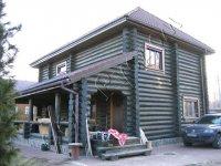 Деревянный двухэтажный дом с оригинальным цветовым решением