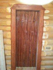 Дверь в деревянном доме