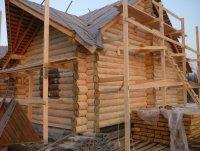Шлифованные стены рубленого дома. Материал стен - елка